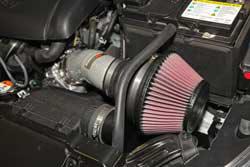 Le système d'admission d'air de la Hyundai Elantra 2014-2017 de K&N réutilise l'entrée d'air frais d'usine pour donner à cette admission à vérin court K&N l'avantage normalement offert par un système d'admission d'air froid complet