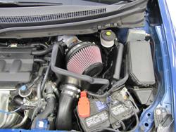 La prise d'air K&N sous le capot de la Honda Civic