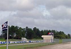 On peut voir des drapeaux de K&N partout sur les installations du European Rally School and Motorsports Park.