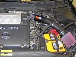 Nissan Maxima de 2005 avec moteur de 3.5L avec le conduit d'entrée d'air K&N installé.