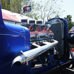 Le son des collecteurs des mégaphones attire l'attention vers le pick-up roadster de très loin